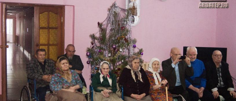 Духовенство Большеигнатовского благочиния поздравило с Рождеством Христовым жителей Большеигнатовского Дома для престарелых