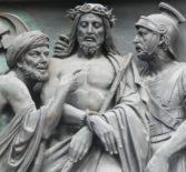 В Четверг совершается чтение 12-ти отрывков из Евангелий о страданиях и смерти Спасителя, начиная с Его прощальной беседы с учениками на Тайной вечере и заканчивая Его погребением