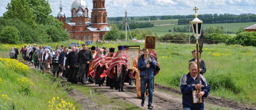 Традиционный ежегодный крестный ход в честь памяти святой великомученицы Параскевы Пятницы на Архиерейском подворье с.Маколово Чамзинского района