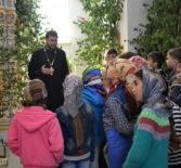 В дни празднования Святой Троицы в Андреевском храме п.Атяшево состоялась встреча детей и священнослужителя