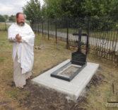 За алтарём Казанской церкви первого церковного округа Атяшевского благочиния установили надгробный крест