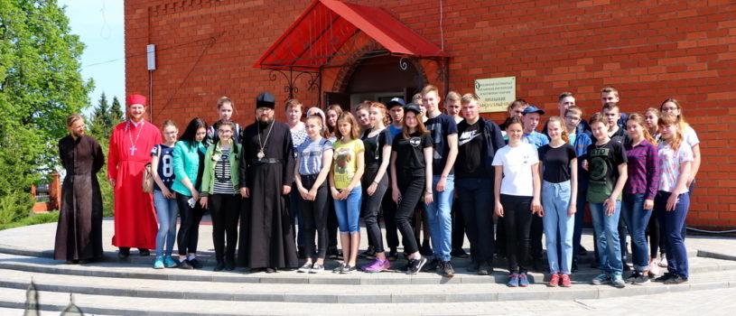 Архипастырь совместно с молодой паствой провел экологическое мероприятие по очистке от мусора прилегающей к кафедральному собору г.Ардатова территории