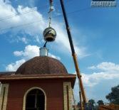 В Больших Березниках продолжается строительство часовни в честь Архангела Михаила. На кровлю часовни установили купол с крестом