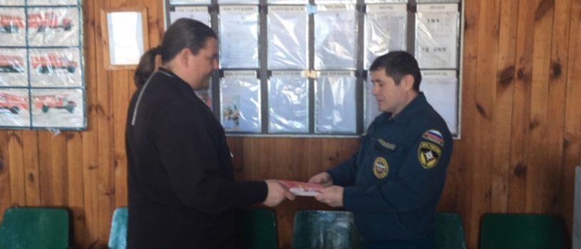 Помощник  Большеберезниковского благочинного по молодёжному и миссионерскому служению вручил Евангелие сотрудникам МЧС