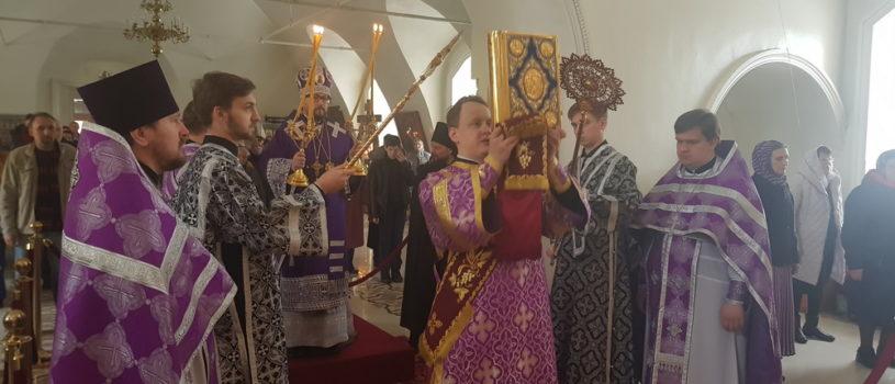 Неделя 3-я Великого поста, Крестопоклонная, Архипастырь совершил Божественную литургию Василия Великого в Никольском кафедральном соборе г.Ардатова