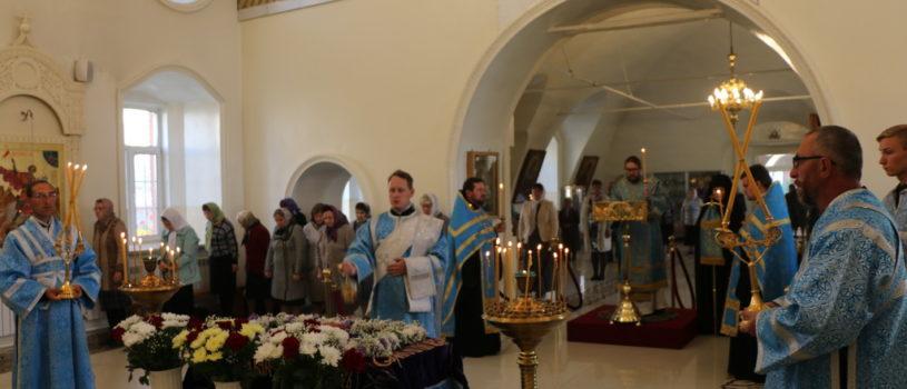 Накануне праздника Успения Божией Матери Архипастырь совершил Всенощное бдение в Никольском кафедральном соборе г.Ардатова.