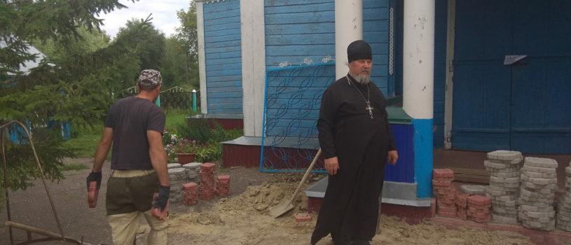 Вокруг храма Вознесения Господня в селе Атяшево начались ремонтные работы по укладке тротуарной плитки