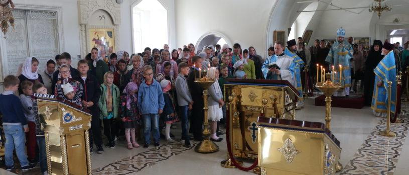 Архипастырь совершил Воскресную Божественную литургию в Никольском кафедральном соборе г.Ардатова и благословил юную паству на новый учебный год