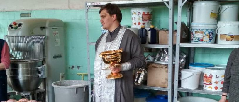 Ключарь Никольского кафедрального собора освятил пасхальную выпечку в Ардатовском хлебопекарном заводе