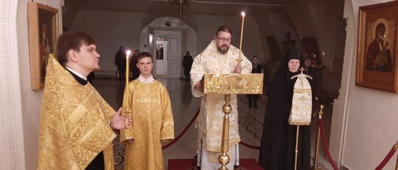 Архипастырь традиционно возносит молитвы о здравии своей паствы перед частицей мощей святителя Луки Симферопольского и Крымского