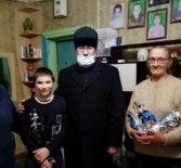 Архипастырь ежегодно в преддверии Рождества Христова посещает с подарками малоимущие и многодетные семьи Ардатовской епархии