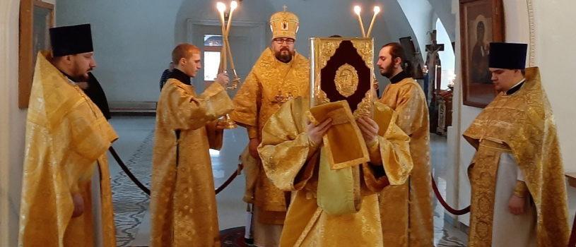 В День интронизации Святейшего Патриарха Московского и всея Руси Кирилла, Архипастырь совершил Божественную литургию в Никольском кафедральном соборе