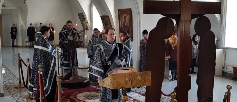 Архипастырь совершил Пассию — чтение акафиста Божественным Страстям Христовым в Никольском кафедральном соборе г.Ардатова