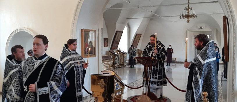 Архипастырь совершил Пассию — чтение акафиста Божественным Страстям Христовым в Никольском кафедральном соборе г. Ардатова