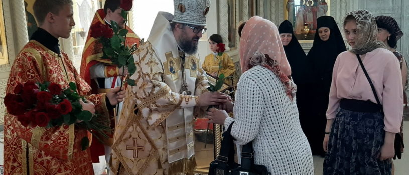 Архипастырь совершил Божественную литургию в Никольском кафедральном соборе и поздравил всех жен-мироносиц с женским Днем!