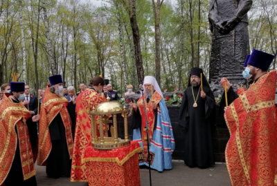 Архипастыри совершили панихиду по воинам ВОВ на мемориальном кладбище г.Саранска