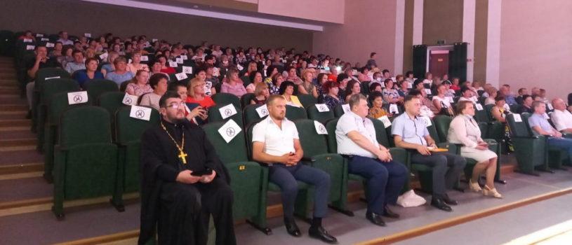 Ардатовская епархия поздравляет медицинских работников с их профессиональным праздником. В Ардатовском ДК прошел праздничный концерт.