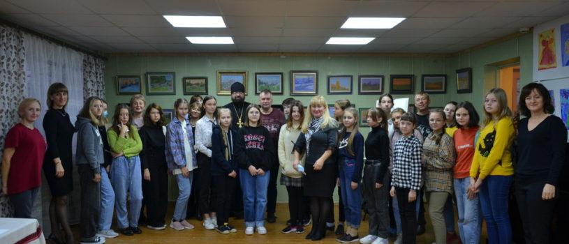 В детской школе искусств Чамзинского района состоялось открытие выставки художника Семена Кожина и прошел мастер-класс для учащихся художественной школы